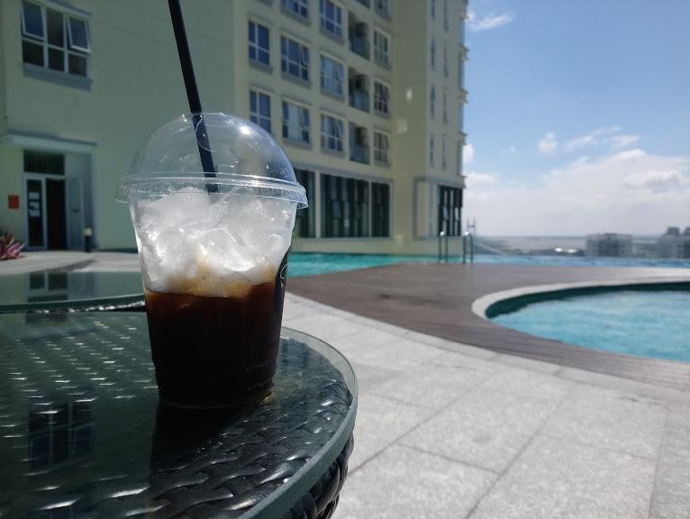 プールでベトナムコーヒーをいただく