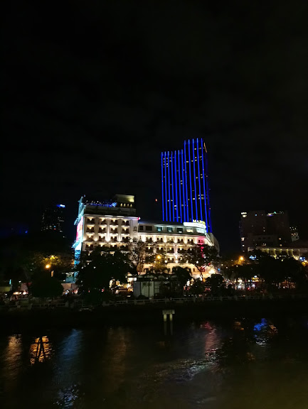 サイゴン川からマジェスティックホテルの眺め