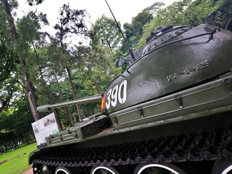 戦車の大砲は大統領公邸に向いている