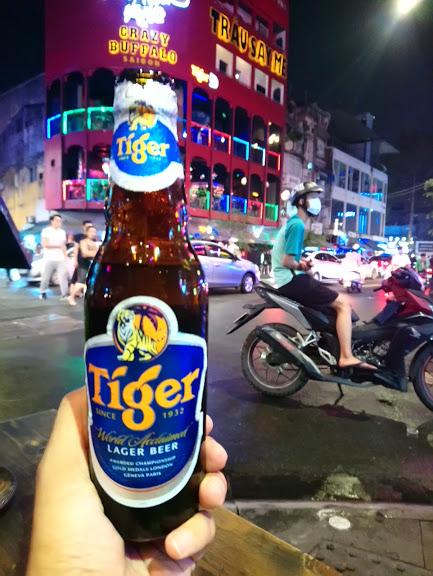 ベトナムの繁華街でビール