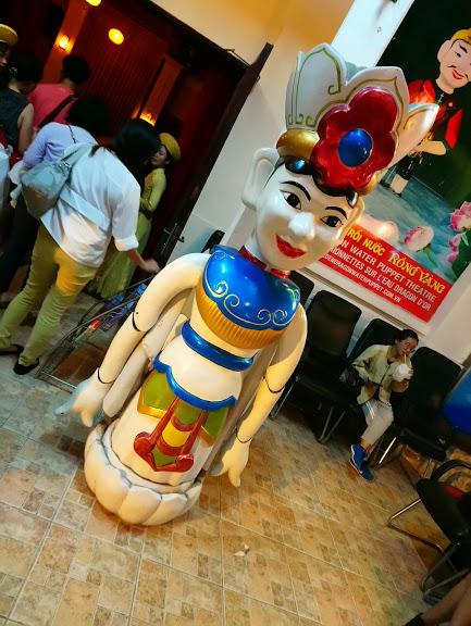劇場の入り口にある人形のオブジェ